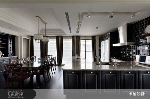 餐廳與廚房依同一種色系營造,雖然不同材質,卻更有層次,一旁的落地窗更顯得屋主的高...