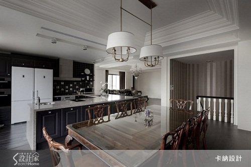 天花板層層的線板拉出空間的寬闊感,樓梯口的直線條讓空間也往上延伸。 圖片提供_卡...