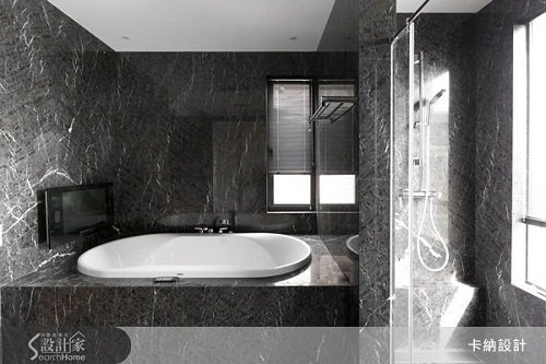 整片大理石打造的高質感浴室,彷彿來到七星級飯店的衛浴空間般。 圖片提供_卡納設計