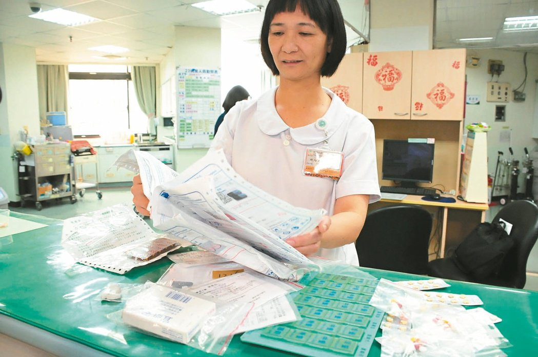 護理人員看著阿櫻阿嬤好幾疊厚厚的藥袋,也都看傻眼。 記者程遠述/攝影