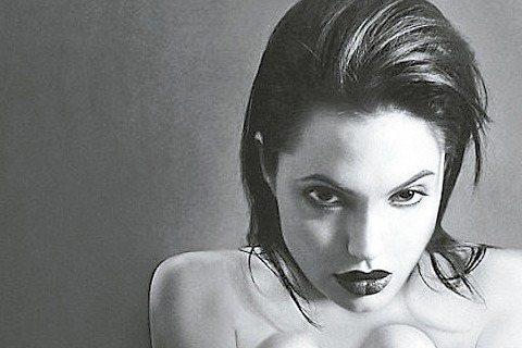 女星安琪莉娜裘莉20歲時拍的一組黑白藝術照片,將於倫敦拍賣,其中一張她以全裸坐姿,僅腳踝綁了一條黑色絲帶,備受矚目。「每日郵報」報導,此照片為1995年、由攝影師凱特嘉納所拍,將在倫敦Zerba O...