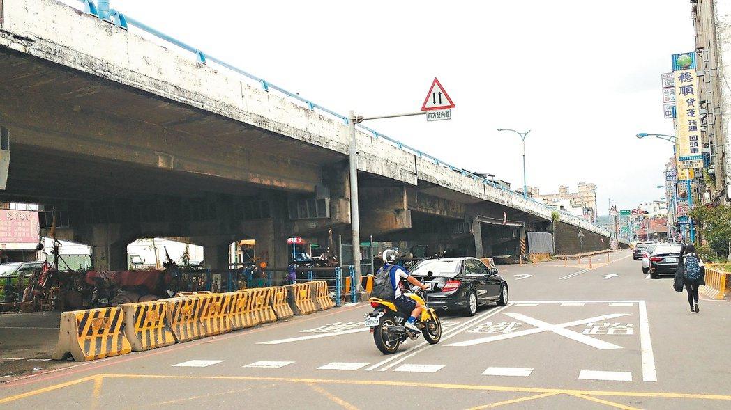 擁有46年歷史的桃園萬壽陸橋,因桃林鐵路停駛,加上兩側平面道路交通動線混亂,本月...