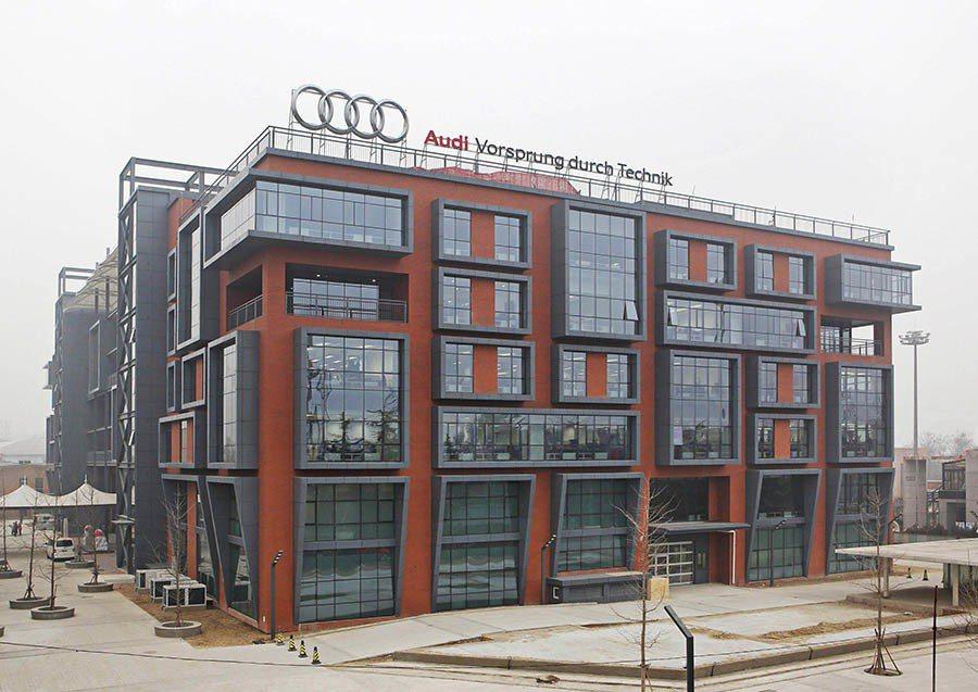 2013年在北京成立Audi亞洲研發中心(Audi R&D Center Asia),作為Audi在德國以外所設立的唯一研發中心,主要負責亞洲市場的趨勢分析、地域測試和產品客製化研發。 Audi提供