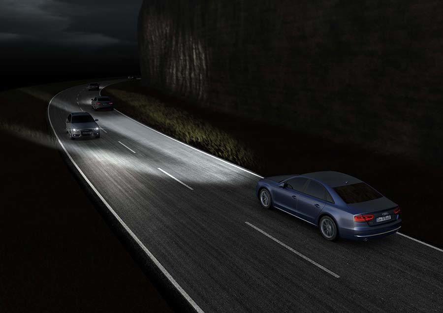 透過內嵌的感知器及多功能攝影機,矩陣式LED頭燈在偵測到其他道路使用者時會自動調整光源配置,避免造成來車眩光,確保駕駛與來車的行車安全。 Audi提供