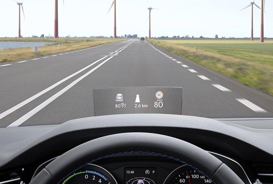 全新的抬頭顯示器,除顯示車速與導航資訊,也整合主動定速巡航,可顯示ACC作動資訊...