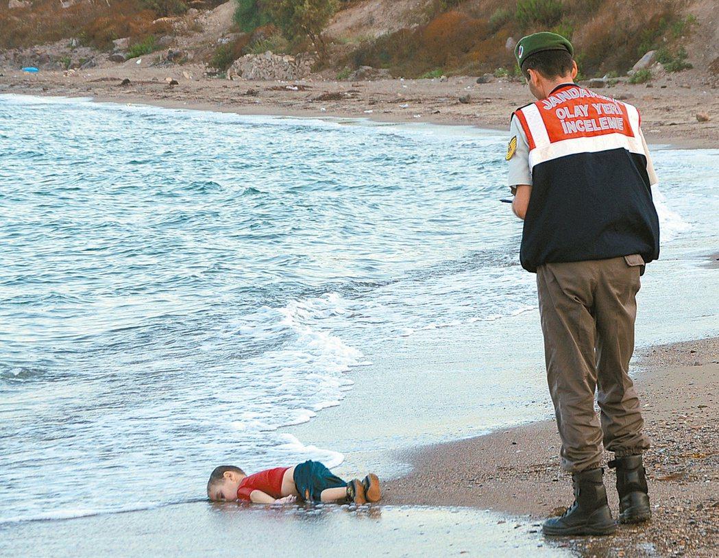 敘利亞小難民亞藍來不及長大就陳屍土耳其海灘的畫面震撼全球。 圖/路透、美聯社