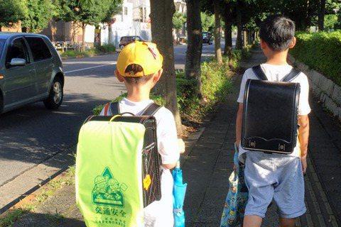 【小玉物語】讓孩子自己走路上學,沒那麼簡單喔~