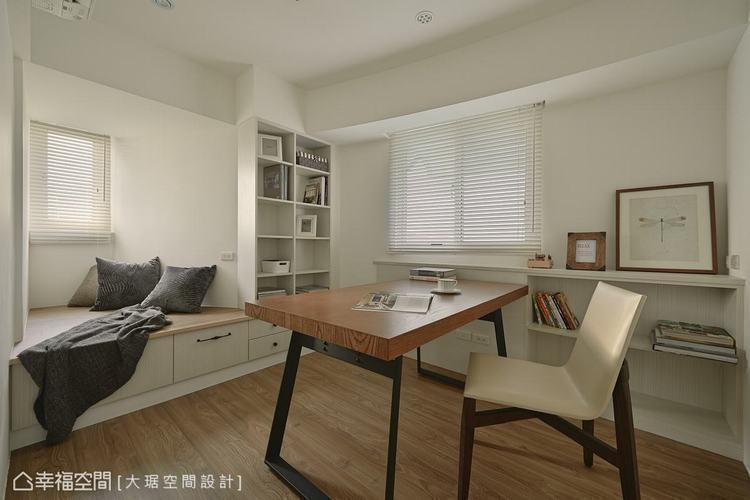 ▲設計師善用建物弧度,打造收納櫃結合舒適臥榻、拉抽收納等實用巧思。