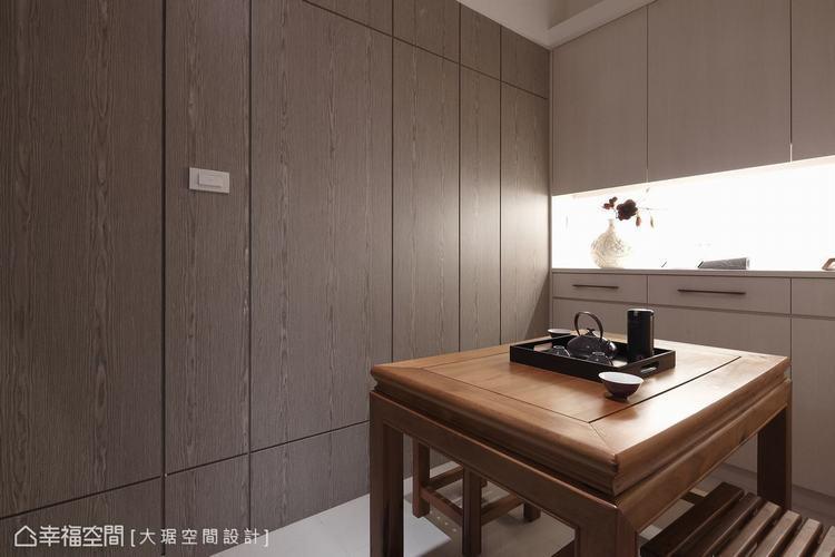▲木質牆面利用分割線增加畫面的活潑律動,也讓內襯燈光、九十度銜接的上下櫃更有整體...