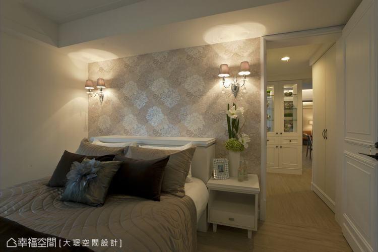 ▲善用臥室入口附近的牆面畸零增設收納,展現連續面一氣呵成的精緻感。