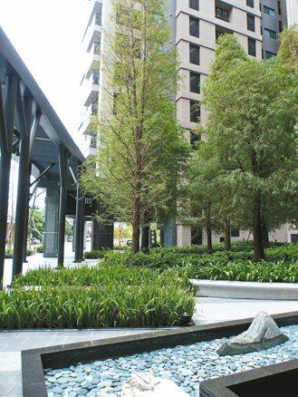 惠宇富山居的廣場式開放空間,提供附近居民舒適與悠閒的散步空間。 記者趙容萱/攝影