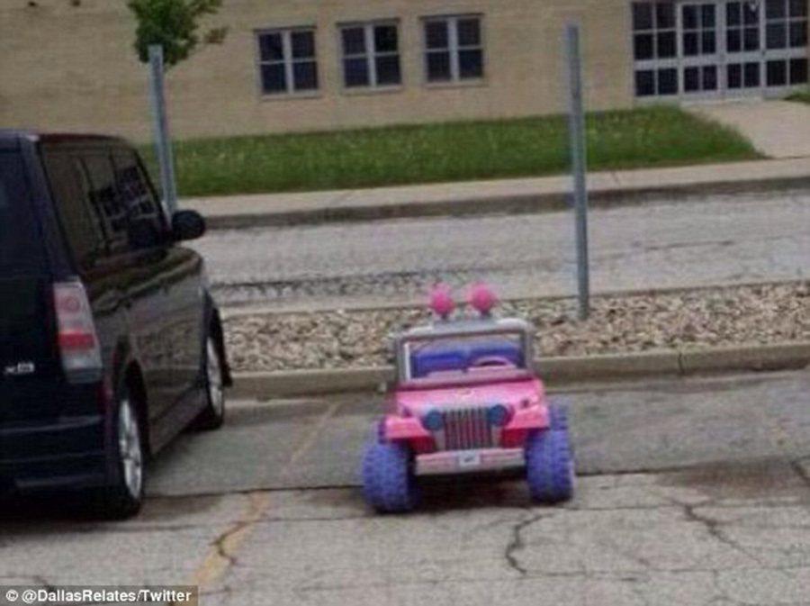 買不起 Tesla,開超節能環保的芭比娃娃兒童電動車也不錯。 裁自dailymail.co.uk