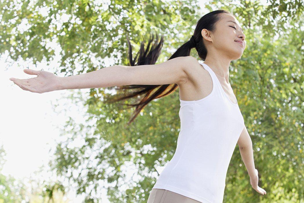 研究發現,無論是年輕人還是老年人,早起者的情緒更積極,自我健康感更好。 情境圖/...