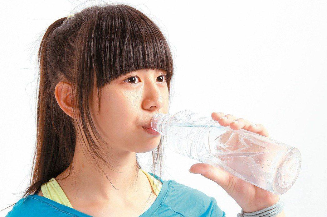 運動後大量流汗,如果只喝白開水,常會越喝越渴,更容易中暑。 報系資料照