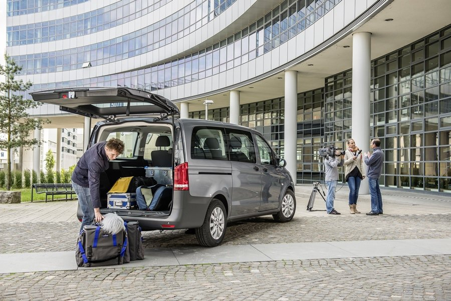 一般市售的同級距9人座商旅車,行李廂空間狹小,但Vito Tourer仍有1410公升的行李廂空間,後兩排座椅收折,置物容積高達5010公升。 圖/Mercedes Benz提供