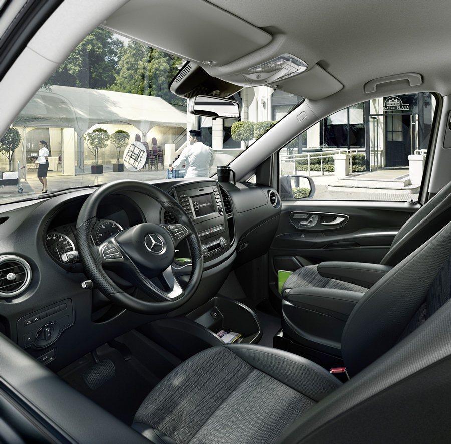車內豪華舒適化配備都備齊,包括前座分區恆溫空調、後座加強型空調,中控台有Audio 10主機系統,並結合USB、AUX-IN、SD插槽等裝置。圖為原廠照,配備規格以店頭為準。 圖/Mercedes Benz提供