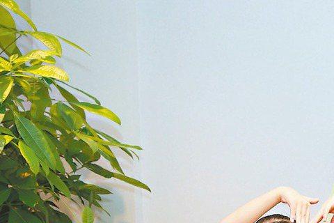 唱片市場低迷不振,環保公益單曲「愛心樹遍人間」卻賣出1萬張,製作該單曲的時大音樂,邀請愛種樹小天使左左右右,代表捐贈10萬元給高雄市愛種樹協會,將用於因莫拉克風災滅村的高雄小林村造林復育環境,左左右...