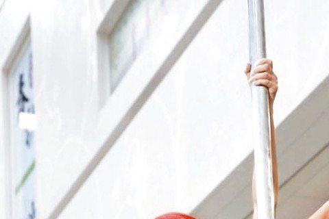 電視劇「火車情人」6日於板橋車站大廳取景,女主角孟耿如為戲中為公益募款大跳鋼管舞,為這場戲,孟耿如早在今年5月即接受特訓,前後上了近10堂課,練到雙腿跨下瘀青、紅腫,還不時磨破皮,傷勢看來怵目驚心,...