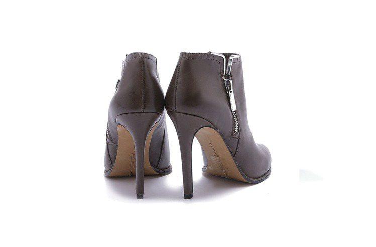 觀察腳後跟處的皮革縫線是否和鞋跟成一直線。圖/Vince Camuto提供