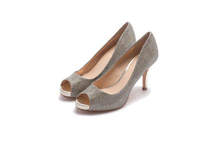 不同材質的魚口鞋,會呈現不同氛圍。圖/Vince Camuto提供