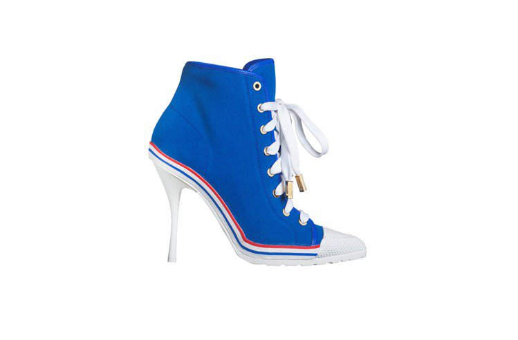 和休閒風結合的短踝靴設計是一種新嘗試。圖/Moschino提供