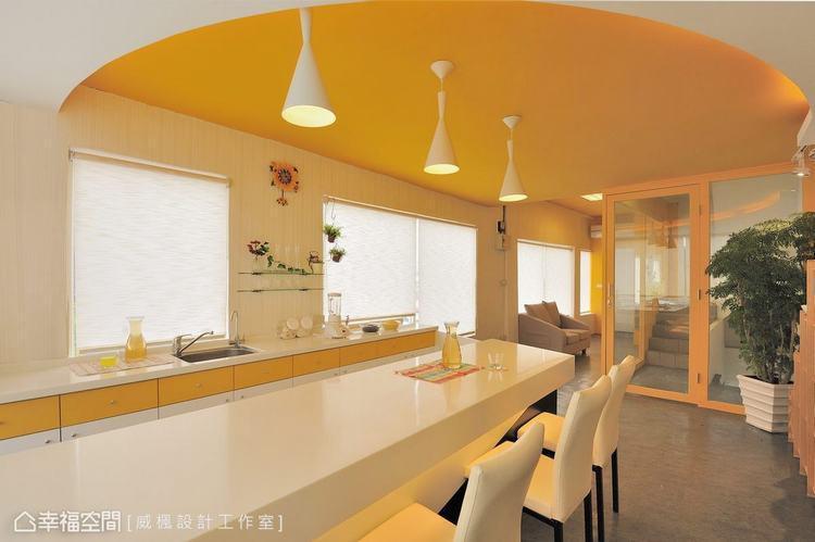 ▲暖黃色的天花板,點綴著牆上的向日葵掛鐘、花花草草,空氣中流動著普羅旺斯的浪漫。