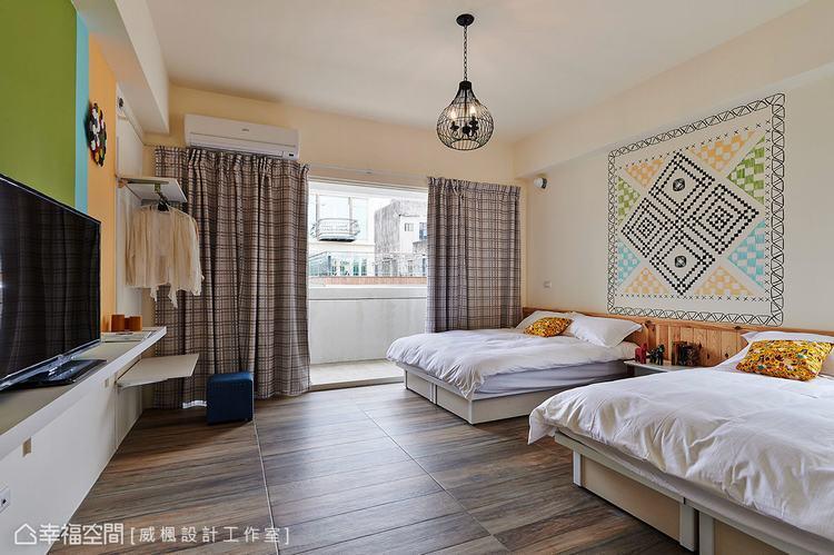 ▲床頭純淨的白牆,運用北歐十字繡圖樣作為風格導引。
