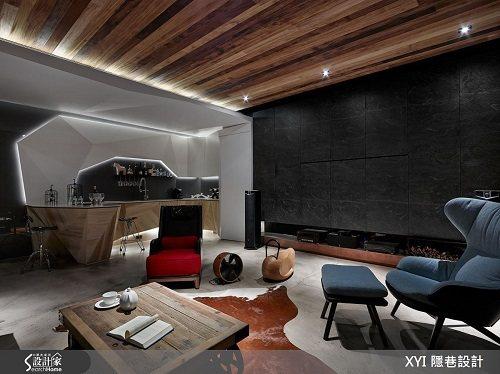 天花板則利用梧桐木由屋主親自火燒,讓每一片木頭都有不同的色彩,沙發牆面則選用火頭...