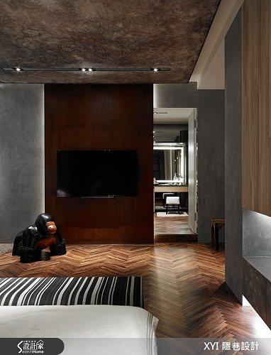 臥房則使用 2 公分胡桃實木人字拼地板,並加入羊皮格漆、梧桐木、繃皮及工業風格燈...