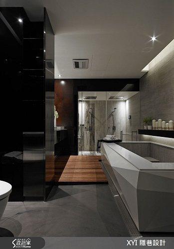 玻璃拉門後藏有飯店等級的衛浴設備,選用清水模磚和木紋磚搭配,同時延續公共空間的元...