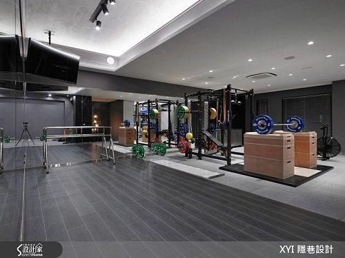 健身房採用強化的耐震地板與木紋磚規劃,營造極簡氛圍。 圖片提供_隱巷設計