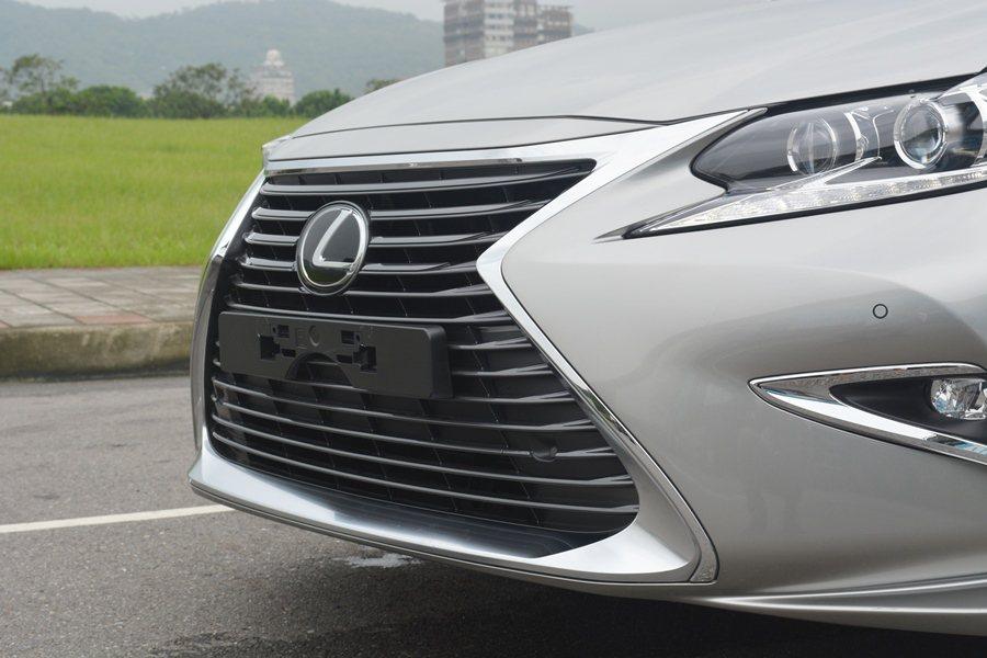 水箱護罩摺線高度提高,同時讓下半截加寬,使車頭具有更立體鮮明的視覺感。 記者趙惠群/攝影