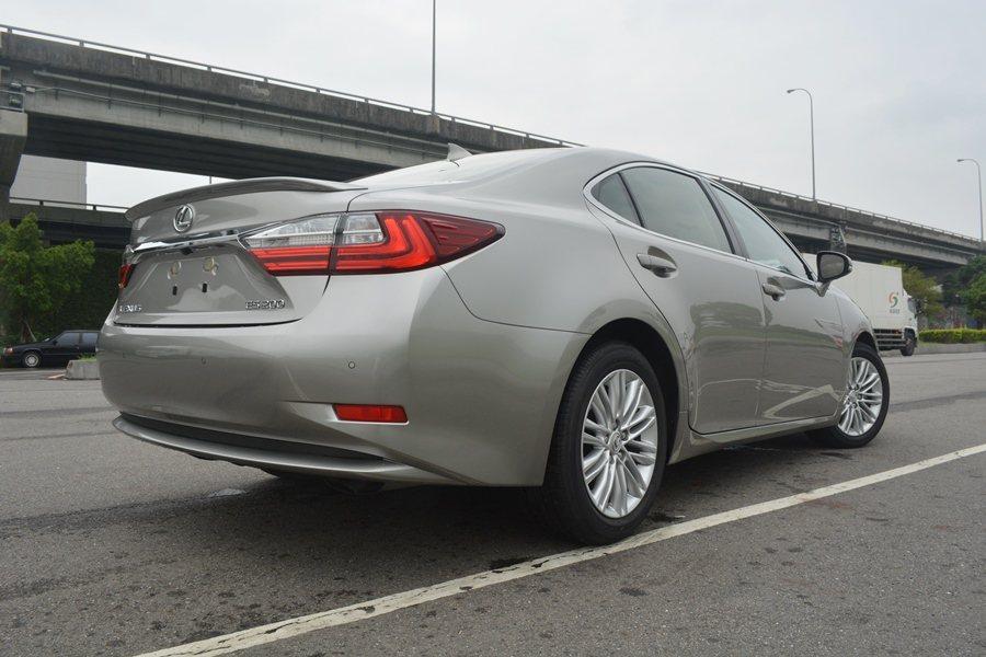 車尾有全新設計L型的LED尾燈組,車銘牌鈑件上方有全新設計鉻鍍飾條串接兩側尾燈,呈現視覺上的飄浮感。 記者趙惠群/攝影