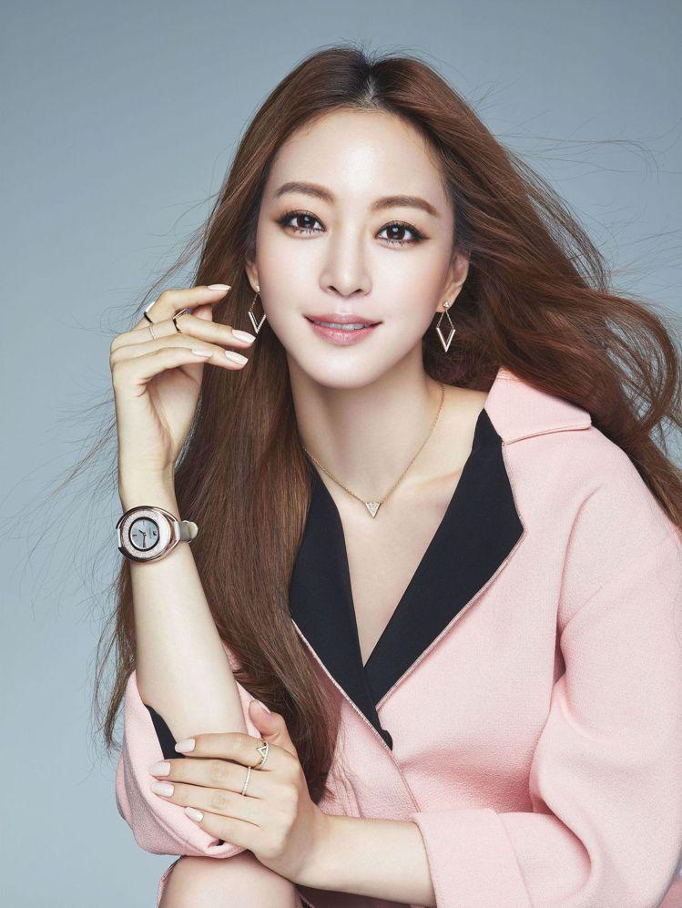 韓星韓藝瑟展現幾何設計的優雅與俐落。圖╱ELLE Korea提供