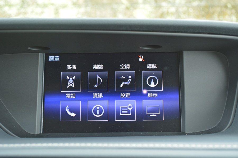 車內豪華舒適化配備也一應俱全,中控有整合DVD/衛星與藍牙等工能的多媒體影音系統,加上17聲道的MarkLevinson音響。 記者趙惠群/攝影