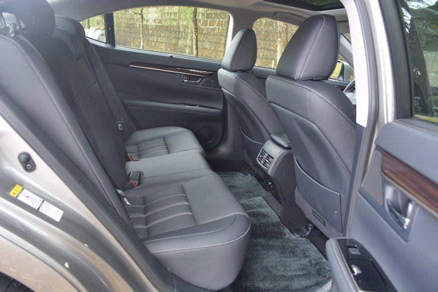全車前後座的頭部和腿空間都算寬敞。 記者趙惠群/攝影