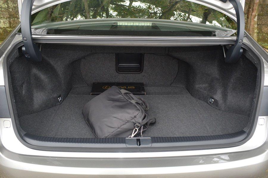 特別深且寬的行李廂空間,也為ES的實用性加分。 記者趙惠群/攝影