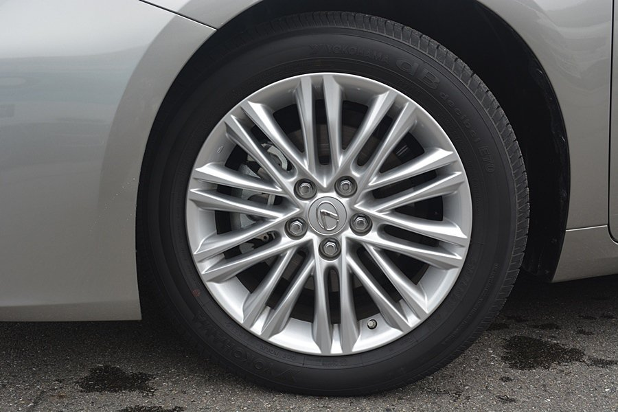 ES配有兩種不同設計風格的17吋鋁圈,我們試的ES 200是很有動感的20輻設計。 記者趙惠群/攝影
