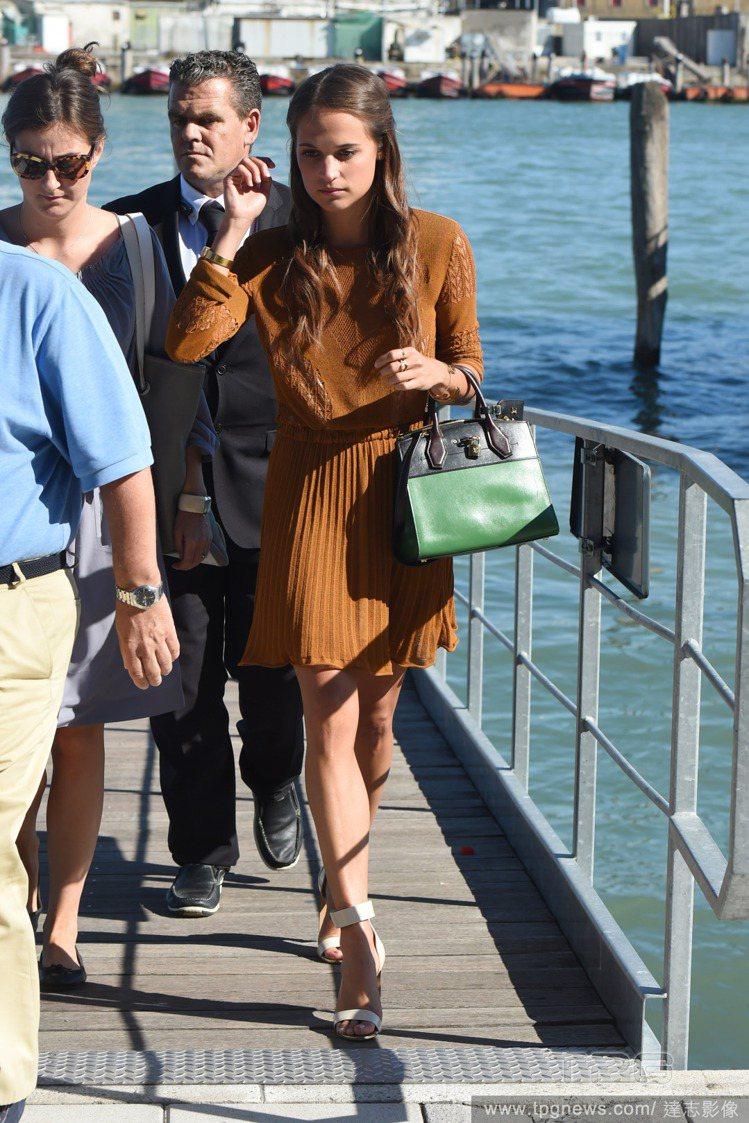 艾莉西亞維坎德以一件咖啡色洋裝亮相,相當優雅古典。圖/達志影像