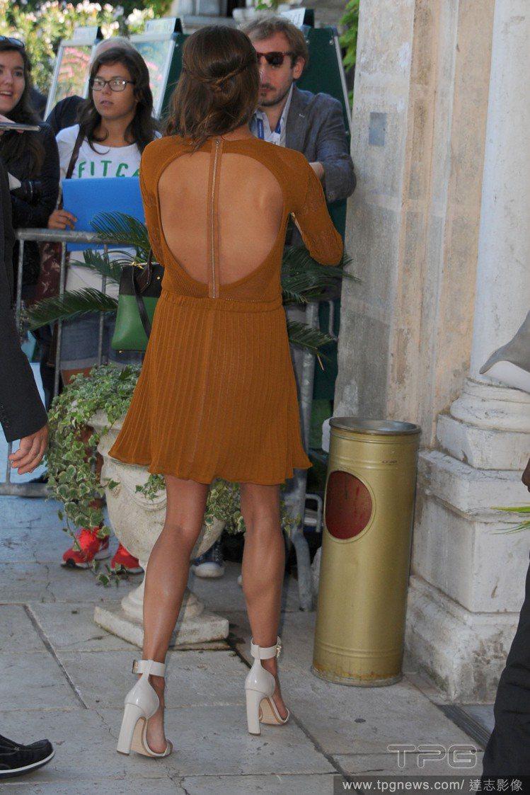 艾莉西亞維坎德的洋裝,背後挖空小露性感。圖/達志影像