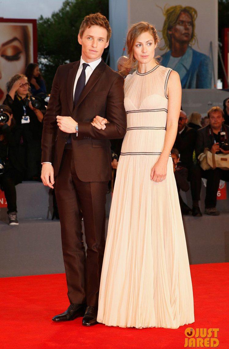 艾迪瑞德曼帶老婆漢娜貝格蕭(Hannah Bagshawe)出席首映禮。圖/擷自...