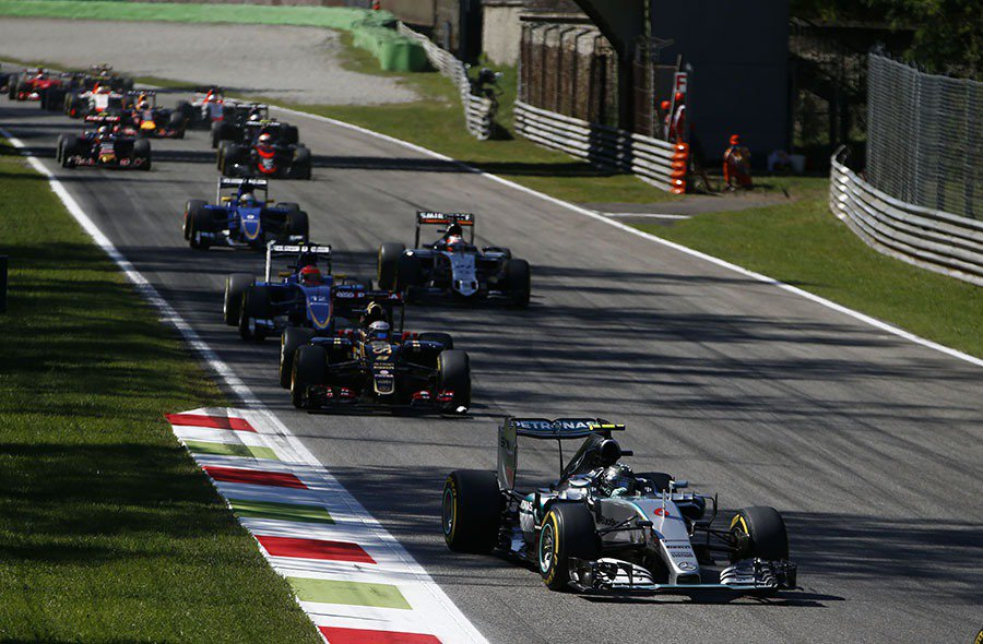 Nico Rosberg 動力系統臨時異常,在最後幾圈忍痛退賽,但仍占有積分優勢...