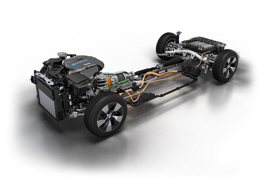 330e插電式油電混合車的eDrive動力系統結合了一顆2.0升4缸汽油渦輪引擎...