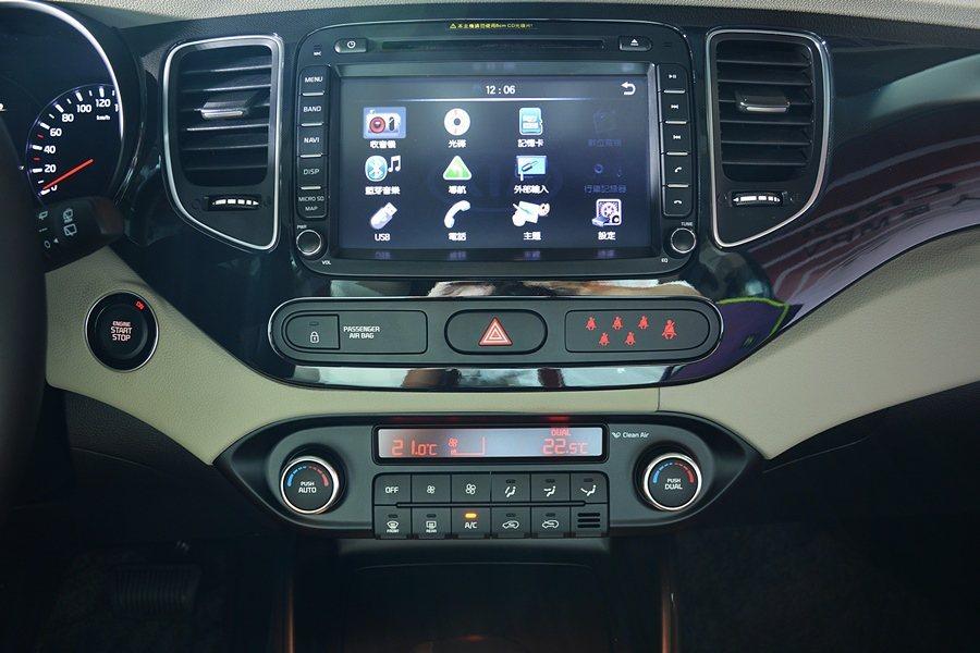 Carens CRDi中控台配備9吋觸控螢幕,有內建GPS衛星導航的多媒體影音系統。 記者趙惠群/攝影