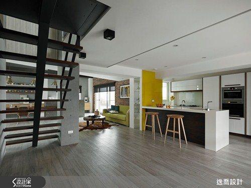 原本封閉的廚房改造為開放式格局,樓梯也改以鏤空設計取代原本的水泥材質,讓採光能夠...