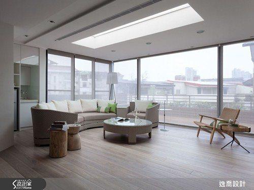 此區域原本為一座大型戶外露臺,設計師利用大片落地玻璃打造出室內外隔間,加上可容納...