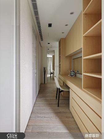 主臥室床頭牆面後方為更衣室,充足的櫃體設計讓收納工作變得更加順手。 圖片提供/逸...