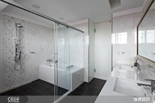 主臥附設衛浴以五星級飯店規模打造而成,為屋主夫妻創造最舒適放鬆的生活空間。 圖片...