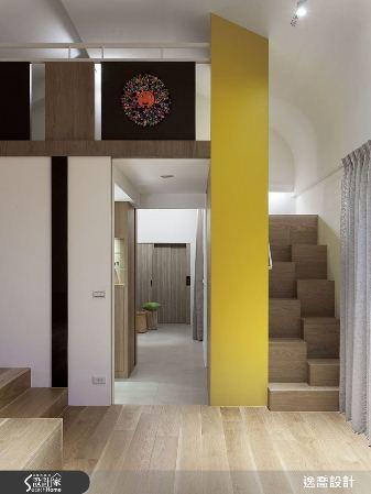 通往閣樓的樓梯特意以交錯立方體組成,藉由高低差讓階梯內縮並減少梯數,節省走道空間...