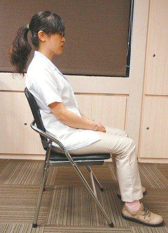 醫師教你怎麼坐。 記者鄧桂芬/攝影
